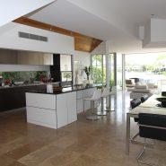 Salon z aneksem kuchennym – jak podzielić pomieszczenie na strefy?